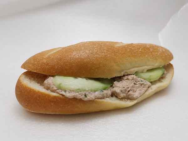 Baguette mit Thunfischfüllung & Gurke