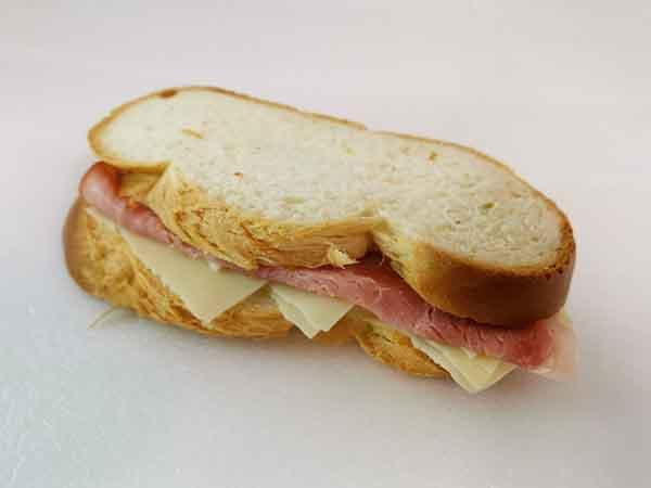 Zopf-Sandwich mit Schinken Gruyere