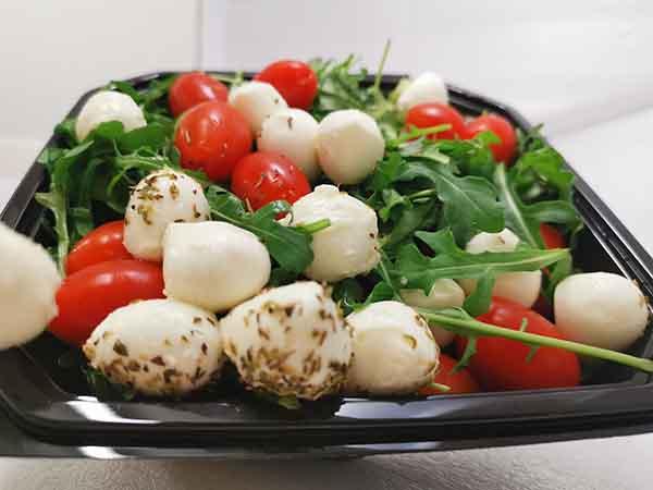 Tomaten-Mozzarella-Salat gross mit Rucola