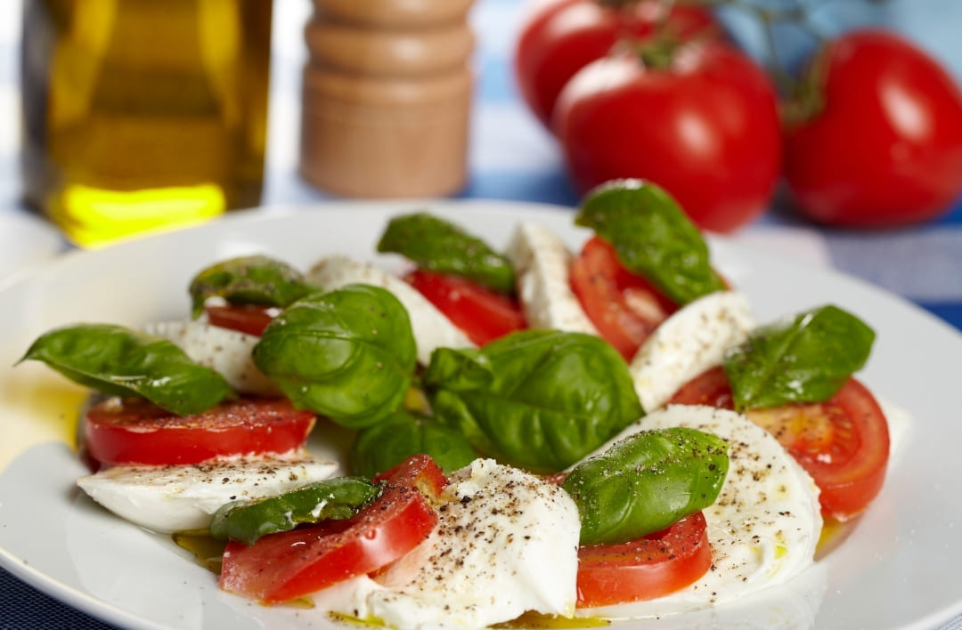 italienischer Mozzarella mit Tomaten, Öl und Basilikum